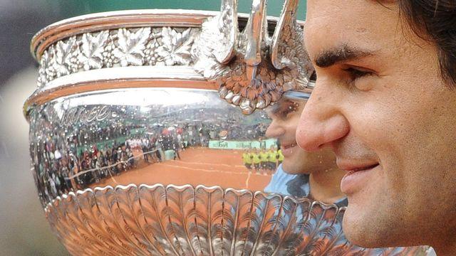 Le 7 juin 2009, Roger Federer remporte la finale du tournoi de Roland-Garros face à Robin Soderling, remportant le seul Grand Chelem qui manquait à son palmarès. [Horacio Villalobos - Keystone]
