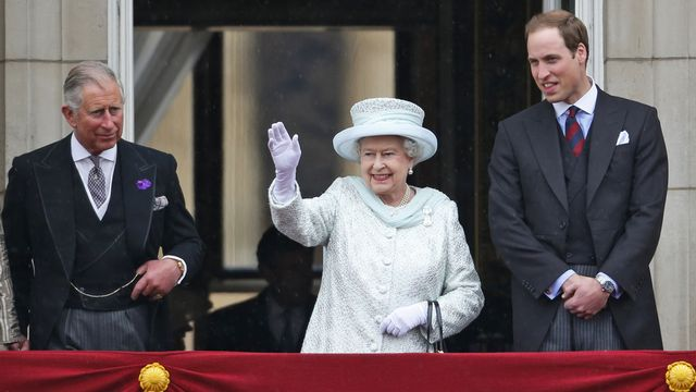 La reine, entourée par le prince Charles et le prince William, a salué la foule depuis le balcon du palais de Buckingham. [Lefteris Pitarakis - Keystone]