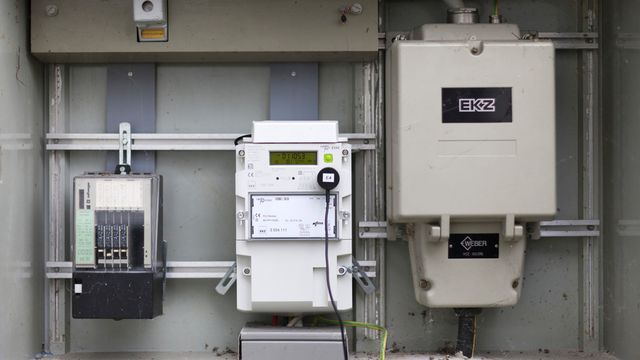 "Une installation de ""smart meter"" dans un immeuble de Dietikon. [Gaëtan Bally - Keystone]"