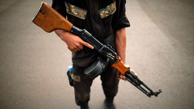 Un soldat yéménite armé. [Khaled Abdullah Ali Al Mahdi - Reuters]