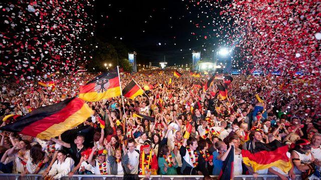 Les Allemands ont exprimé leur joie après leur victoire contre le Portugal, samedi soir [Sebastjan Kahnert - Keystone]