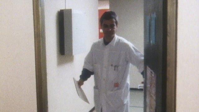 Un médecin généraliste dans son cabinet. [RTS]