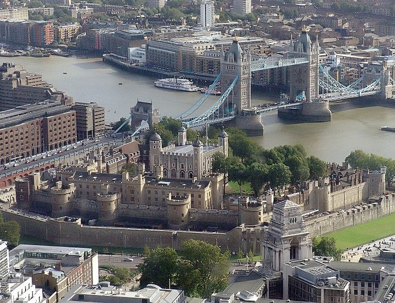 Tour de Londres - An aerial view of the tower of London as seen from the SwissRe Tower
