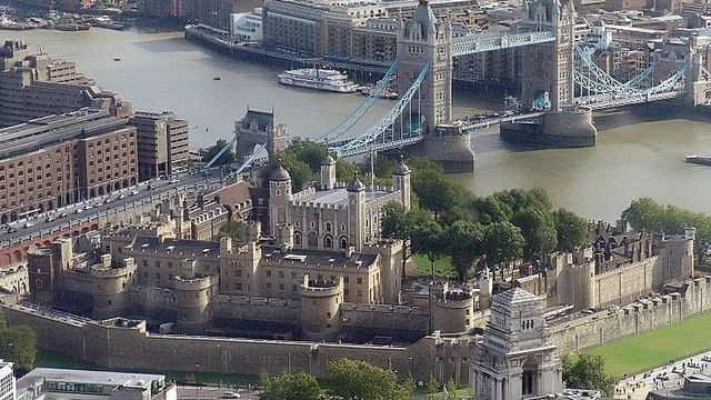 Tour de Londres - An aerial view of the tower of London as seen from the SwissRe Tower [Wikimedia Commons, 2005]