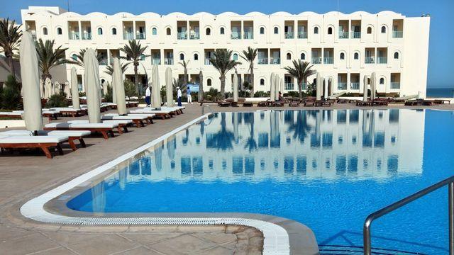 Les professionnels du tourisme tunisiens craignent que les touristes désertent les stations balnéaires du pays, en raisons des violences. [JIM HOLLANDER - Keystone]