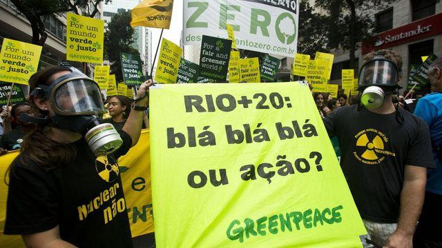 """Rio+20: bla bla bla ou action?"", s'interrogent ces militants de Greenpeace. [Rodrigo Paiva - Keystone]"