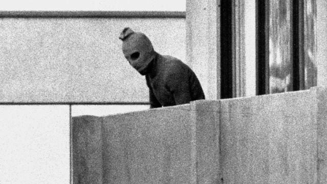 Munich 1972: des membres de l'organisation palestinienne Septembre noir prennent en otage des membres de l'équipe d'Israël. [AP - Keystone]