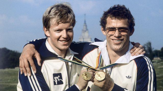 Moscou 1980: les Suisses Robert Dill-Bundi (poursuite cycliste) et Jürg Röhtlisberger (judo) décrochent l'or. [Keystone]