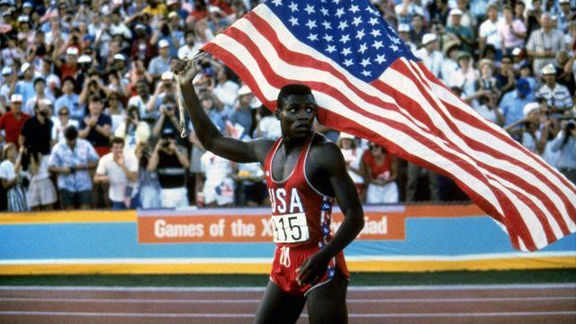 Los Angeles 1984: Carl Lewis porte haut les couleurs américaines en remportant le 100 m et trois autres médailles d'or. [Skeeter Hagler - Los Angeles Times/Keystone]
