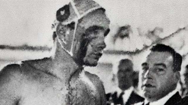 Melbourne 1956: le Hongrois Ervin Zador ressort de la piscine ensanglanté lors du match de water-polo face à l'URSS. [AFP]