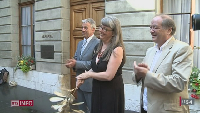 """GE: le prix satirique """"Genferei 2012"""" a été remis vendredi matin à la conseillère d'Etat Michèle Künzler pour sa réorganisation du réseau des transports publics"""