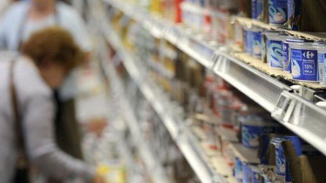 Des clients font leurs achats dans un supermarché, le 25 août 2010 à Ecully [AFP]