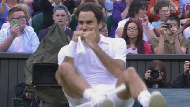 Finale: 4e manche. Roger Federer sert pour son 7e titre aux Internationaux de Grande-Bretagne