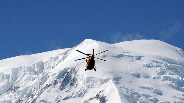 Un hélicoptère en route pour les lieux du drame. [Jean-Pierre Clatot - AFP]