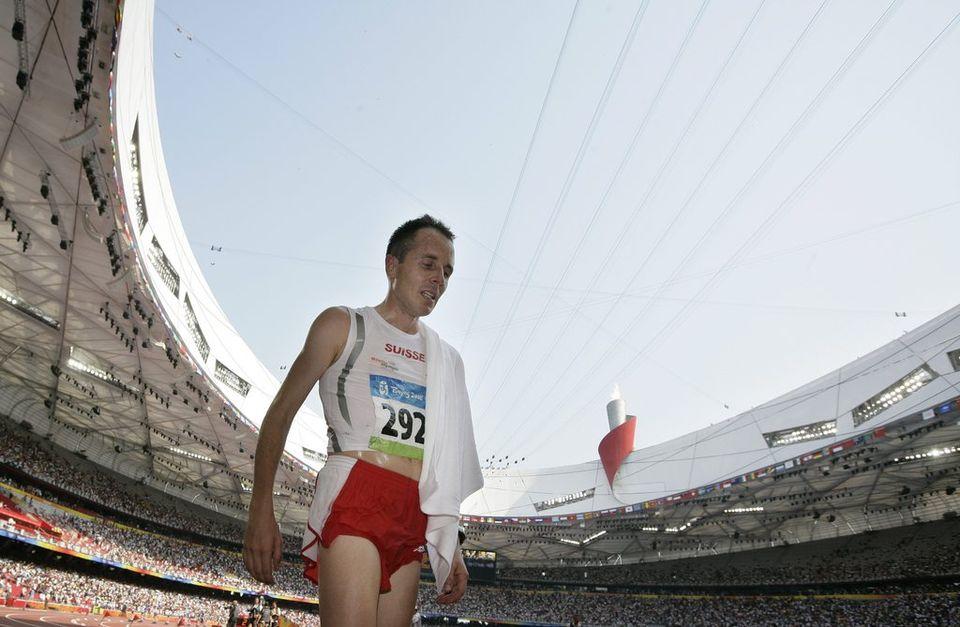 Viktor Röthlin était allé au bout de lui-même lors du marathon olympique il y a 4 ans à Pékin. [Keystone]