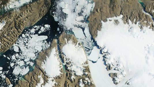 Les images de la Nasa montrent l'énorme morceau de glace se détachant du glacier de Petermann, situé sur la côte nord-ouest du Groenland. [NASA - Reuters]