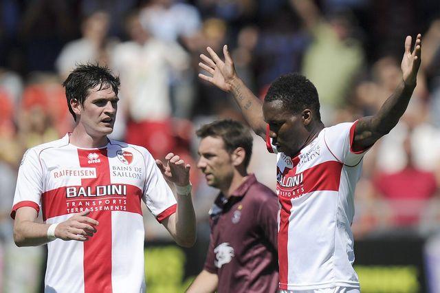 Manset vient de délivrer le FC Sion pour le plus grand plaisir de son coéquipier Lafferty. [Jean-Christophe Bott - Keystone]