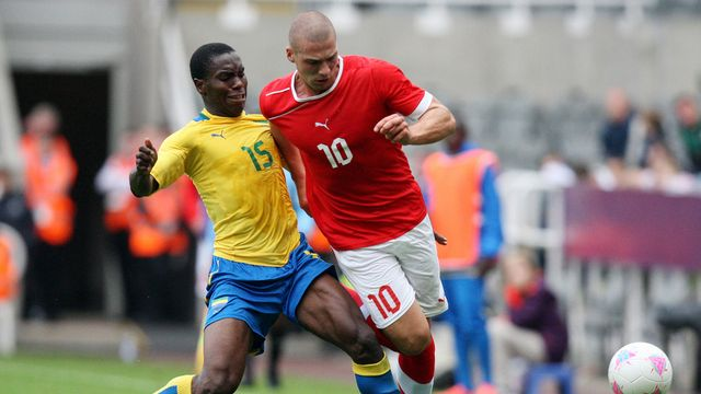 Le Gabonais Henri Ndong aux prises avec le Suisse Pajtim Kasmi. [Scott Heppell - Keystone]