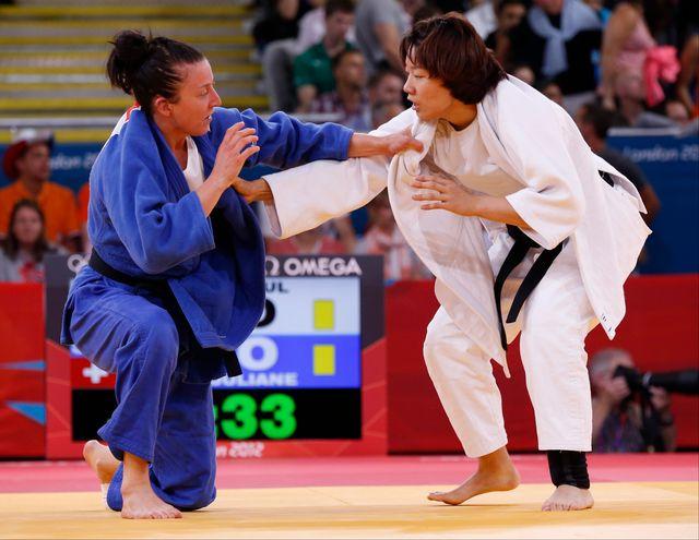 Juliane Robra (en bleu) a été sanctionnée pour non-combativité et quitte donc le tournoi, la tête basse. [Kim Kyung Hoon - Reuters]