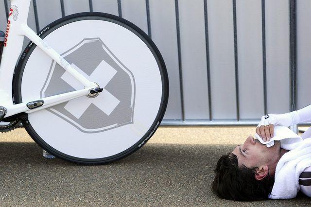 Rien à faire pour Fabian Cancellara, victime d'une chute samedi dans la course en ligne. Le Bernois s'est effondré après avoir passé la ligne d'arrivée. [JEAN-CHRISTOPHE BOTT  - Keystone]
