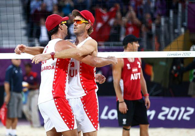 Heuscher et Bellaguarda se congratulent après leur succès face au duo autrichien, synonyme de qualification directe pour les 8es du tournoi olympique. [Dominic Ebenbichler - Reuters]