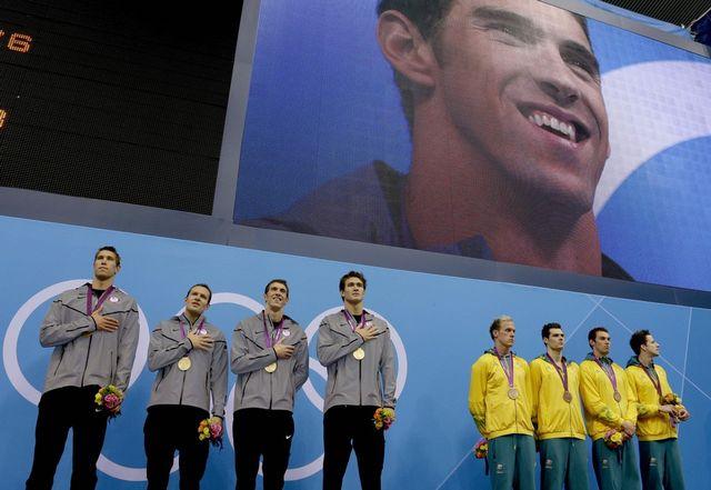 Michael Phelps s'est offert une ultime fois les honneurs de la cérémonie protocolaire.  [Michael Sohn   - Keystone]