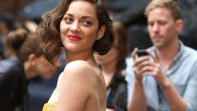 """L'actrice française Marion Cotillard à son arrivée à la première européenne du dernier opus de Batman, """"The Dark Knight Rises"""" à Londres, le 18 juillet 2012 [AFP]"""