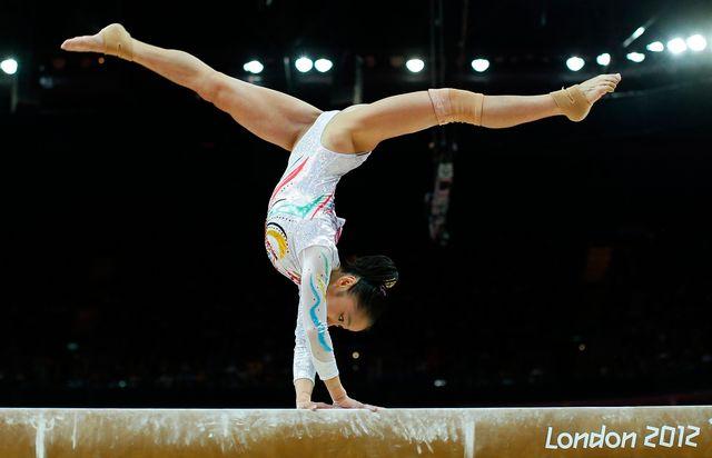 Deng Linlin a su montrer toute sa maîtrise à la poutre.  [Brian Snyder - Reuters]