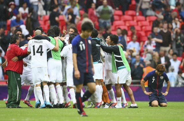 Les Mexicains se congratulent, alors que les Japonais quittent le terrain la tête baissée. [NIC BOTHMA  - Keystone]
