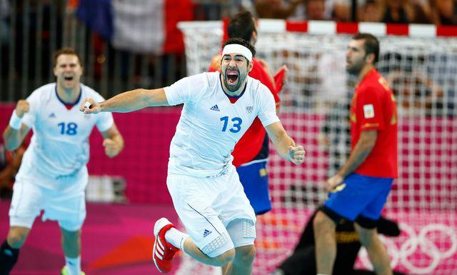 Karabatic célèbre la victoire française, obtenue grâce à son but marqué à la dernière seconde du match. [Marko Djurica - Reuters]