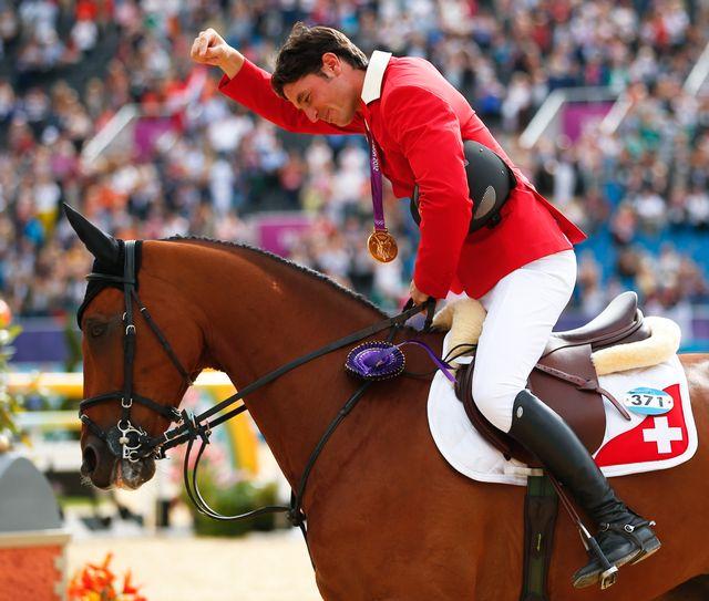 Le cavalier suisse n'a pas manqué l'occasion de remercier son superbe Nino des Buissonnets.   [Brian Snyder - Reuters]