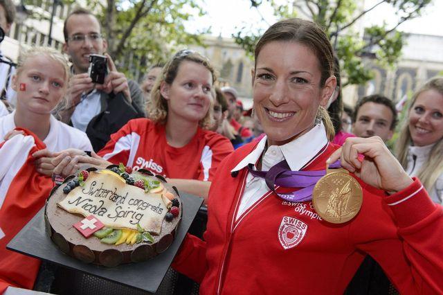 """Spirig """"succède"""" à Wawrinka, porte-drapeau pour la cérémonie d'ouverture. [Laurent Gilliéron - Keystone]"""