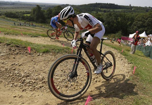 Le Suisse Nino Schurter a gagné ce dimanche la médaille d'argent pour l'épreuve de VTT. [Matt Rourke - AP Photo]