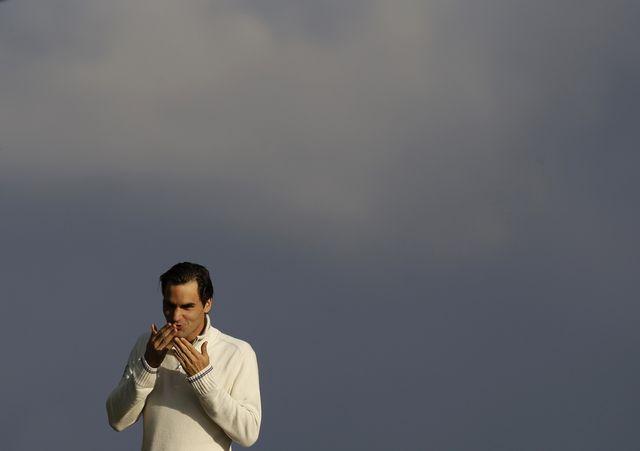 La tête dans les nuages, Roger Federer a retrouvé le trône de no 1 mondial, lundi. [Alastair Grant - Keystone]