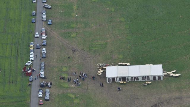 Le champ utilisé par les gens du voyage après leur mariage dimanche 29 juillet 2012 a Collombey-Muraz. Les Roms qui occupaient le terrain depuis une semaine l'ont quitté dimanche matin, soit deux heures avant l'échéance convenue. [Maxime Schmid - Keystone]