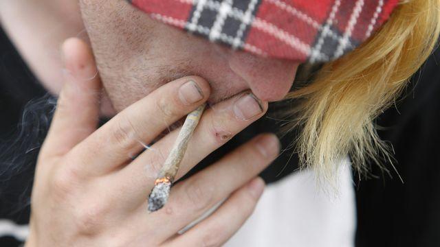 Selon une recherche scientifique, fumer régulièrement du cannabis depuis l'adolescence a un impact sur le cerveau. [Franka Bruns - Keystone]