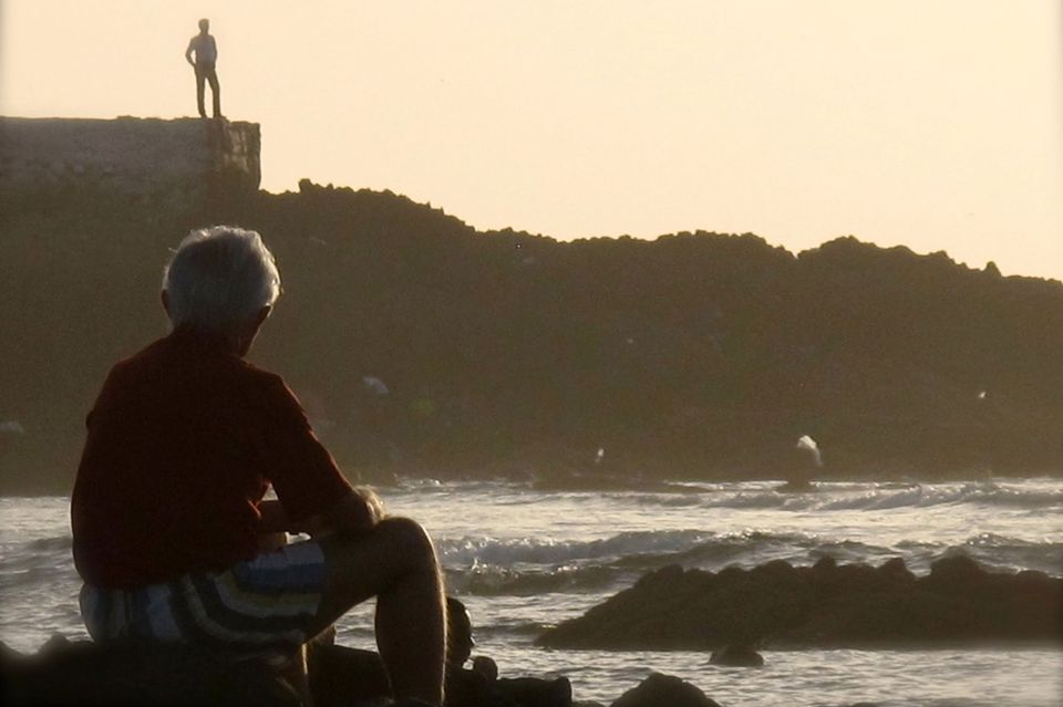 Jean-Pierre Imhoos contemple la mer à Casablanca. [Manuella Maury - RTS]