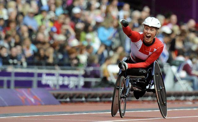 Edith Wolf célèbre sa victoire sur le 5000 mètres en chaise roulante. [ANDY RAIN - Keystone]