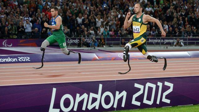 Oscar Pistorius, à droite, a été devancé de manière surprenante par le Brésilien Alan Oliveira sur 200m.  [JULIAN STRATENSCHULTE  - Keystone]