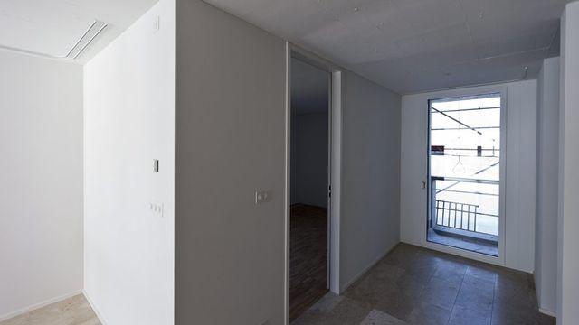 Cécile Duflot, la ministre française du Logement, propose une mesure pour lutter contre la pénurie de logements. Par un décret, elle veut bloquer temporairement les loyers à la relocation. [GAETAN BALLY  - Keystone]