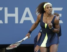 Serena Williams sert le poing. L'Américaine, battue en finale l'an dernier, enlève son 15e titre en Grand Chelem. [Mike Groll - Keystone]