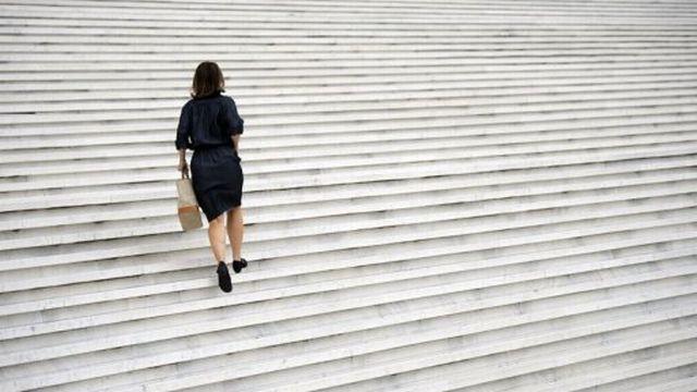 Une femme va au travail à La Défense, près de Paris, le 11 septembre 2012 [AFP]