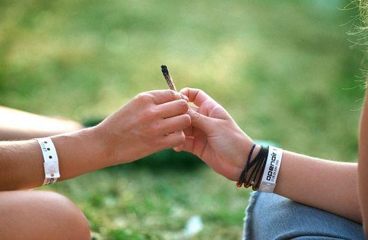 Les consommateurs de cannabis seront sanctionnés par une amende de 100 francs. [Gaëtan Bally - Keystone]