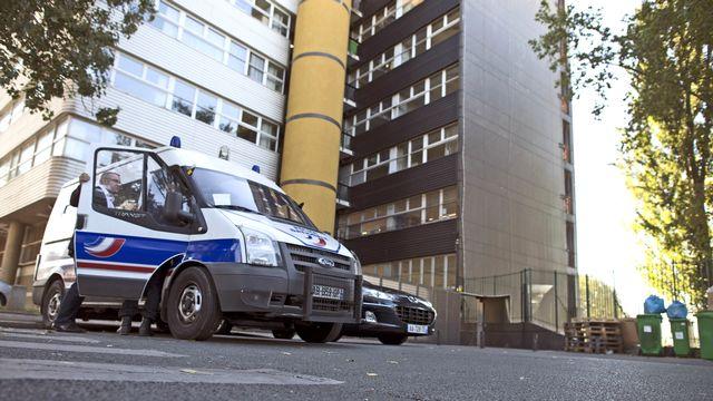 La police a pris position devant les bureaux de Charlie Hebdo. [Fred Dufour - AFP]