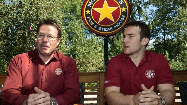 Chris McSorley (à gauche), l'entraîneur des Grenat, compte beaucoup sur Yannick Weber. [Martial Trezzini - Keystone]