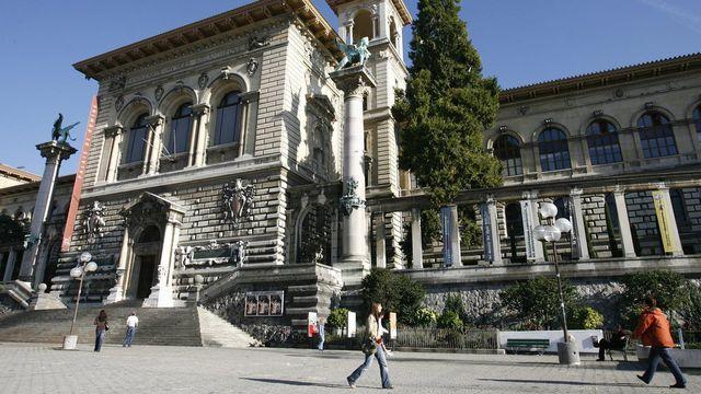 La place de la Riponne, à Lausanne, a été littéralement encerclée par les forces de police. [Laurent Gilliéron - Keystone]