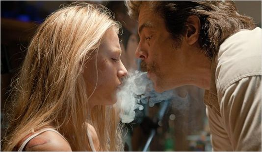 Blake Lively face à Benicio Del Toro. [© Pathé Distribution - DR]