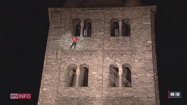 Le français Alain Robert a escaladé les 49 mètres du clocher de l'abbaye de St-Maurice (VS) sans aucun assurage