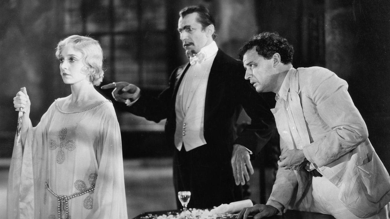 Bela Lugosi, au centre, fait de Madge Bellamy une zombie dans White Zombie. [United Artists/The Kobal Collection/AFP]
