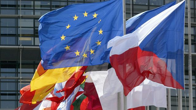 L'Union européenne: son drapeau étoilé et les drapeaux des pays membres.
